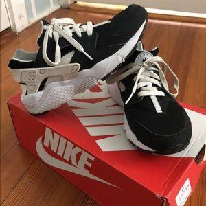 NIKE Huaraches Used Black & White Size 6 YOUTH